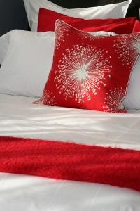 sexy-bedroom-in-details-red1