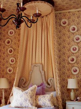 decorative-plate-on-wall-bedroom1