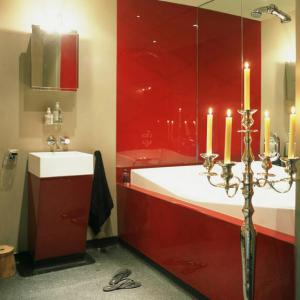 bathroom-in-red-wall-maxi