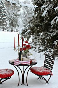 outside-valentine-tablescape-ideas11