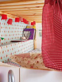 little-house-in-attic-kidsroom10
