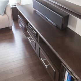 dark-wood-flooring-harmonious-furniture4-3
