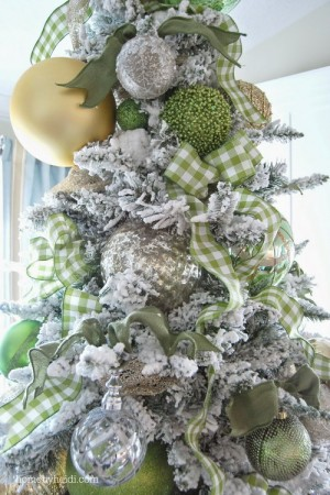 ribbon-on-christmas-tree-ideas11