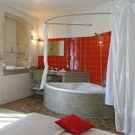 bathroom-in-red-wall-mini9.jpg