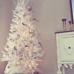 color-decor-to-white-christmas-tree2-3