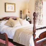 cream-shades-in-bedroom10.jpg