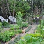 vegetable-garden-paths-ideas7.jpg