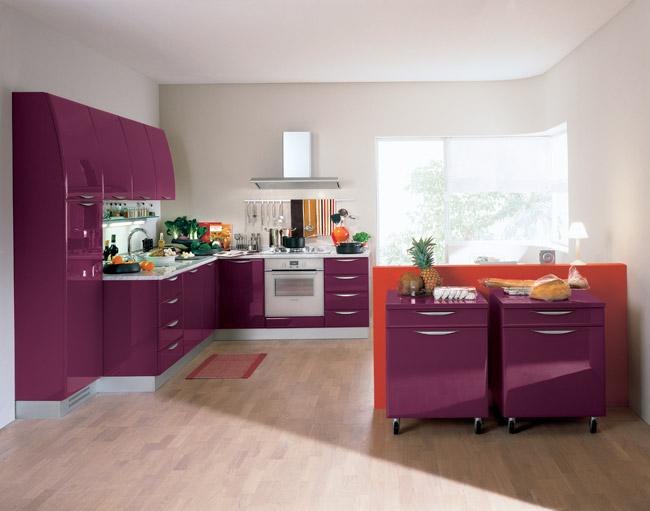 Яркая, блестящая, современная, эта кухня может