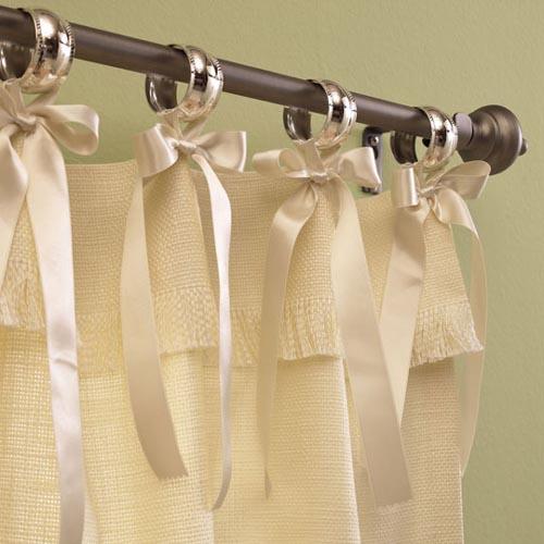 Немаловажную роль в оформлении играет дизайн штор для гостиной.