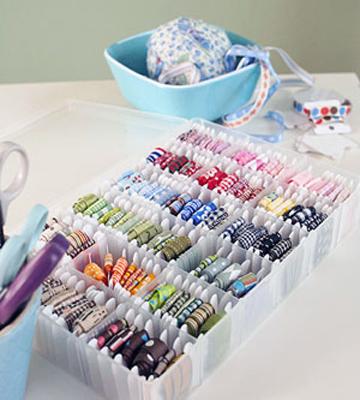 Тесьму, ленточки или кружева можно намотать на картонки, чтобы не мялись и можно было бы быстро найти нужную.