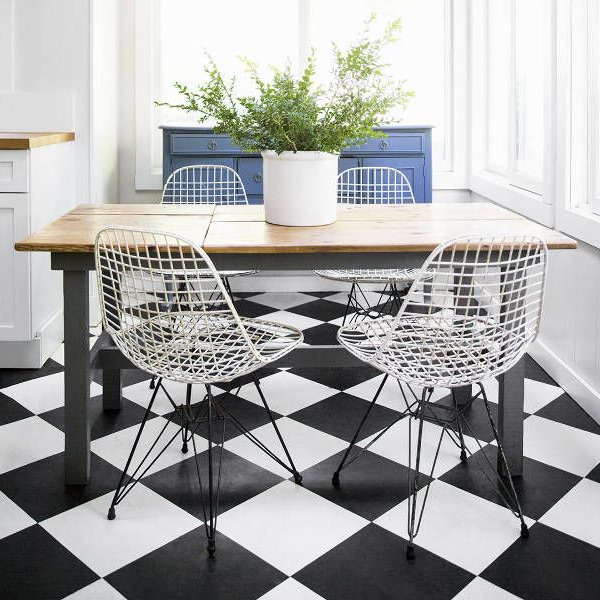 black-white-checkerboard-floors-tiles-in-kitchen