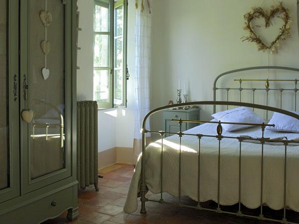 прованс: это и множество старинных вещей, и характерная мебель.