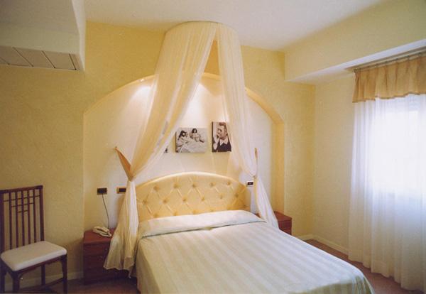Балдахин над кроватью в спальне своими руками