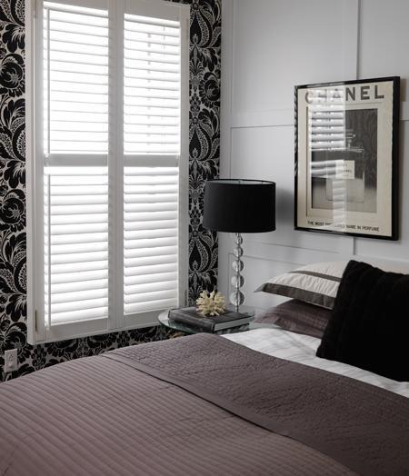 За гранью цвета: ахроматичные спальни в сочетании черного