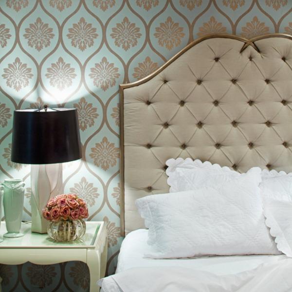сочетание голубого и коричневого в спальне в зависимости от оттенка.