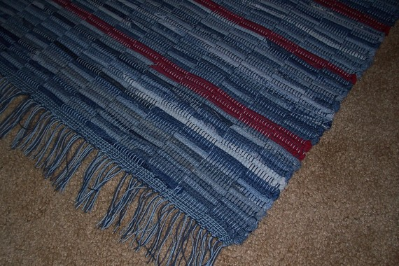 сшить коврик из джинсов.