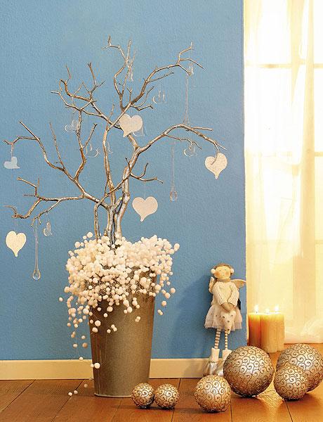 Как украсить коробку ко дню Святого Валентина розочками из бумаги.