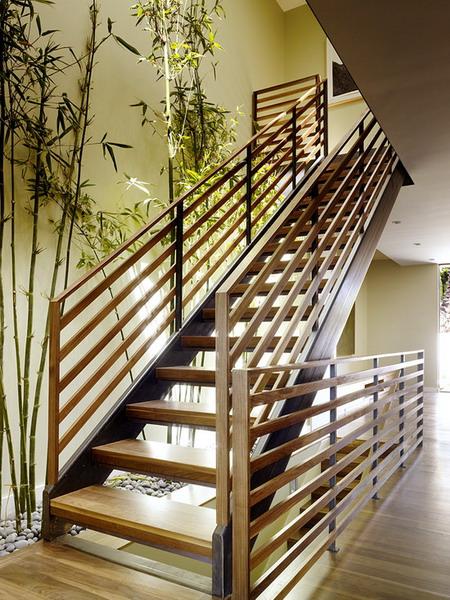 Дизайн стен на лестнице на второй этаж в частном доме