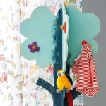 diy-tree-clothing-racks-in-kidsroom1-5.jpg