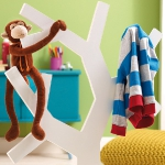 diy-tree-clothing-racks-in-kidsroom2-5.jpg