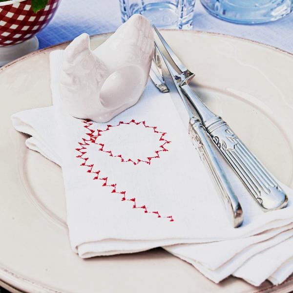 Вот несколько идей сервировки стола и пасхальной вышивки на салфетках.