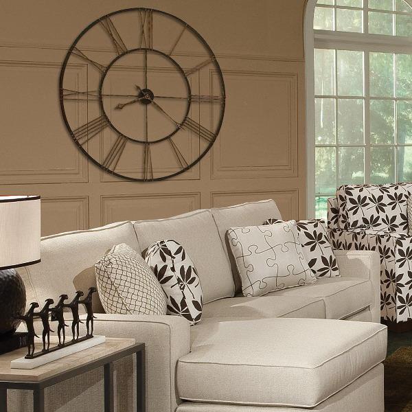 Что касается мест размещения часов в интерьере гостиной, то чаще всего под них отводят пространство над столом, диваном, камином, а уже потом на других, свободных от декора стеновых поверхностях.