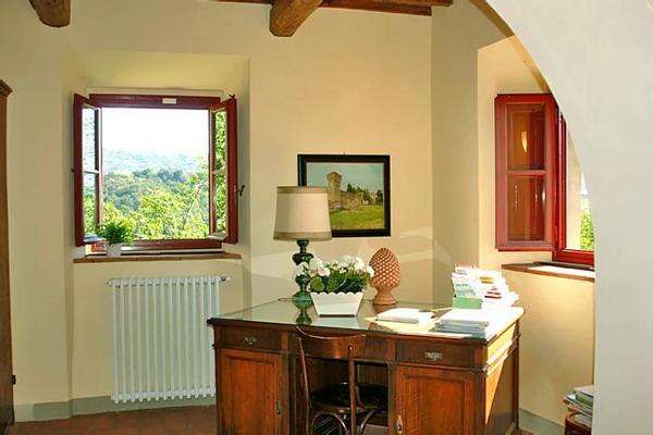 ...соответствующий тосканскому стилю дизайна интерьера, расписным стенам...