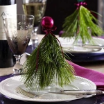 new-year-decorations-from-pine-branches-on-plate1.jpg