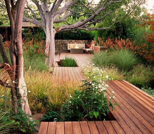 Деревянный пол во дворе