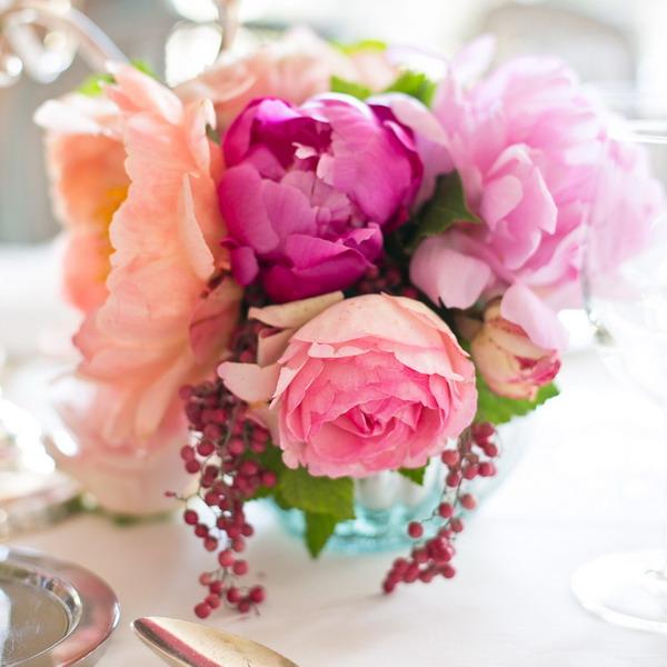 Пионы с другими цветами в букете
