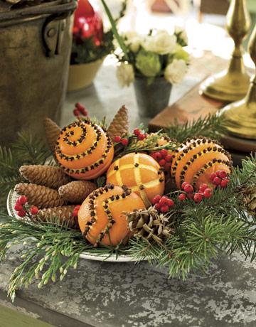 Традиционная рождественская композиция из шишек, веточек с ягодами, палочек корицы и апельсинов, утыканных гвоздикой...