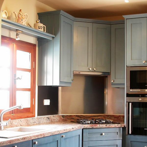 Kitchen Shelves Over Windows: Полки над окном: 60 оригинальных идей для винтажной посуды
