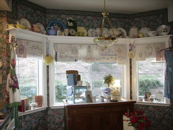 http://www.design-remont.info/wp-content/uploads/gallery/shelves-above-windows-misc1/shelves-above-windows-for-collection4.jpg