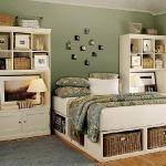Обожаю идеи с кроватями, где внизу полки для хранения.