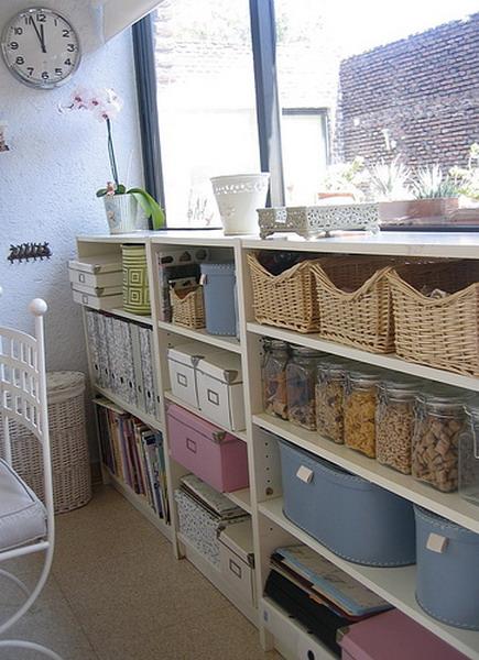Еще фото с примерами применения плетеных корзин в интерьере дома.