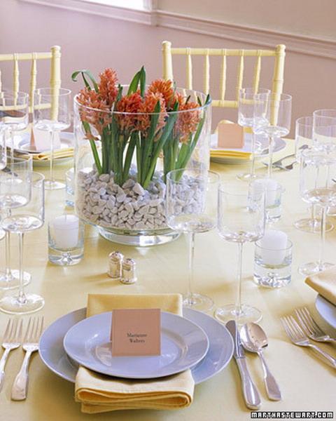 Как красиво украсить стол цветами