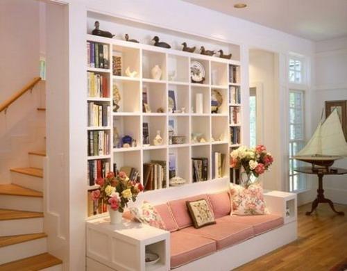 Стена над диваном в маленькой гостиной: 30 идей практичного .