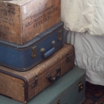 suitcase-and-trunk-as-bedside-table6-3.jpg