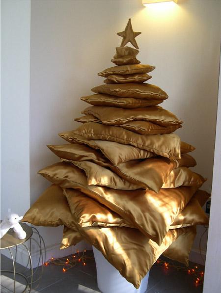 Новогоднюю елку из 16 золотых атласных подушек, по словам Ministry of...